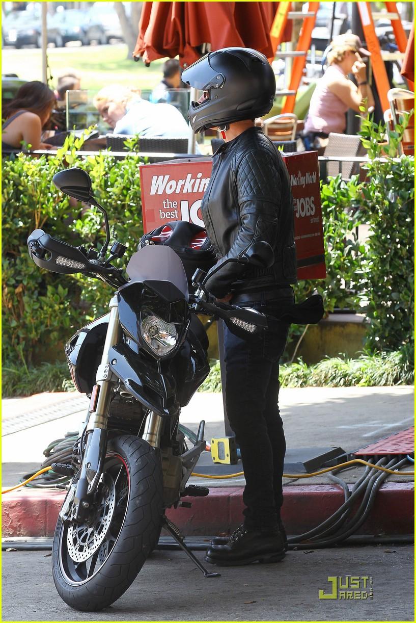 justin theroux motorcycle man 11