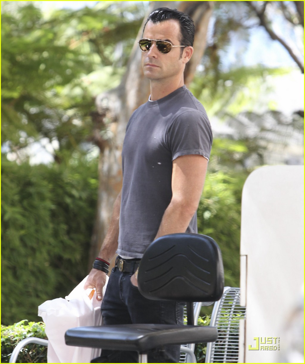justin theroux leaves niketown 04