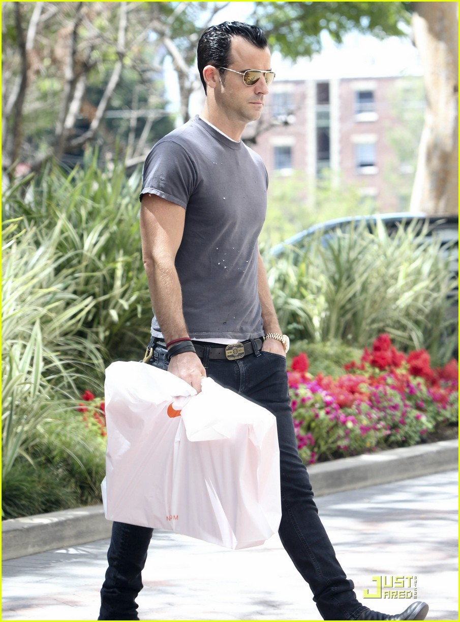 justin theroux leaves niketown 11