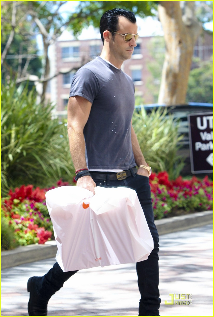 justin theroux leaves niketown 122573436