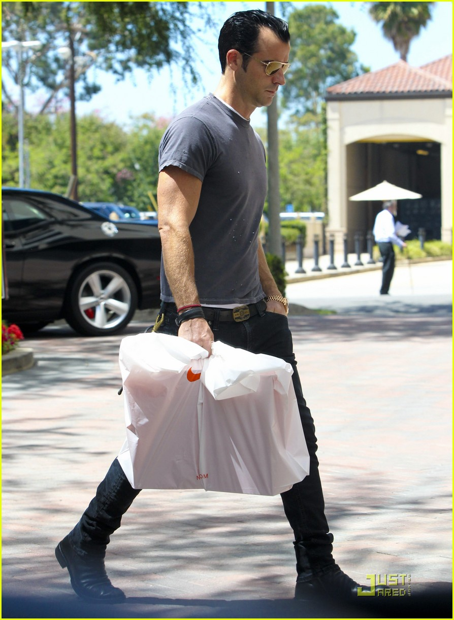 justin theroux leaves niketown 15