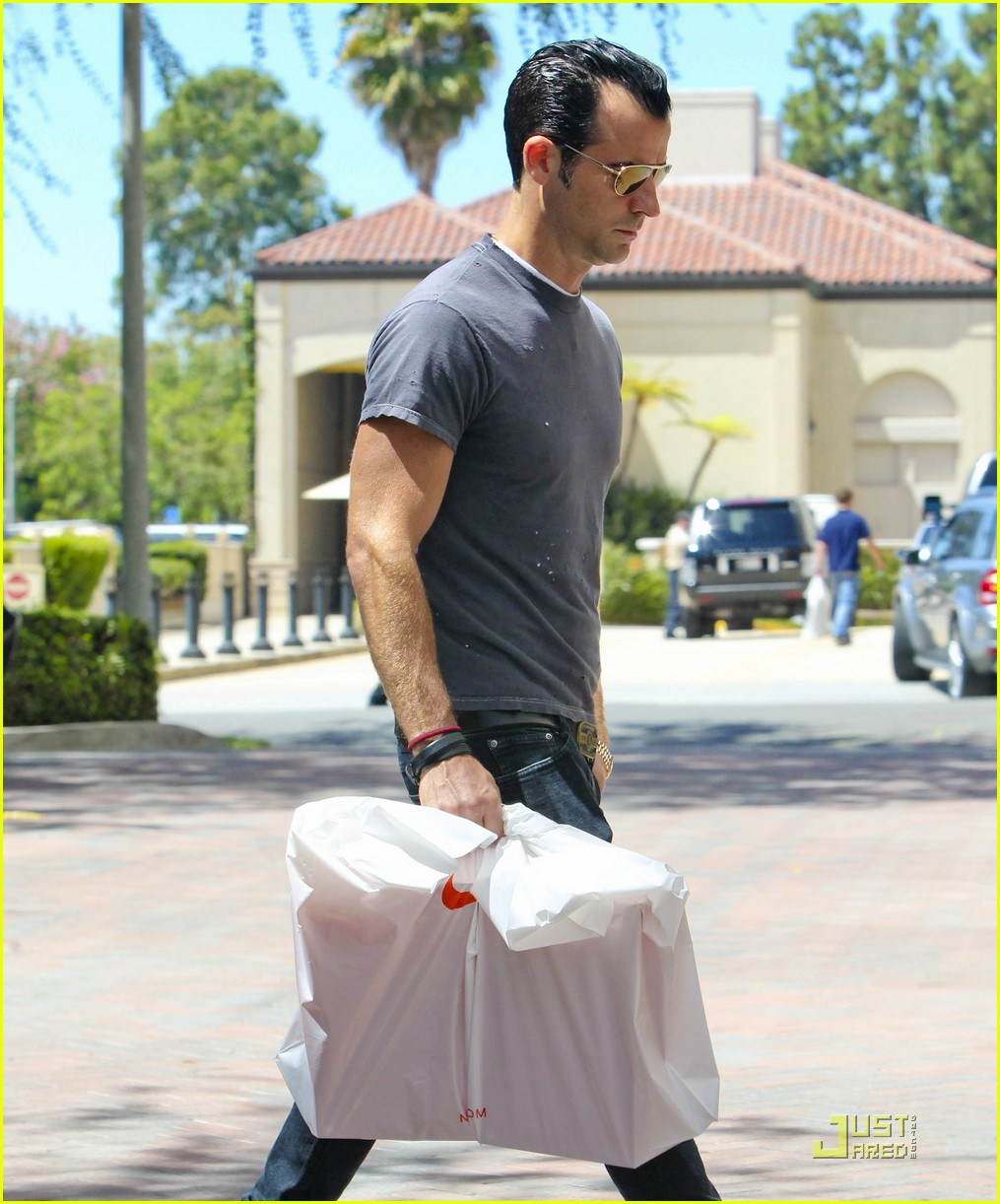 justin theroux leaves niketown 16