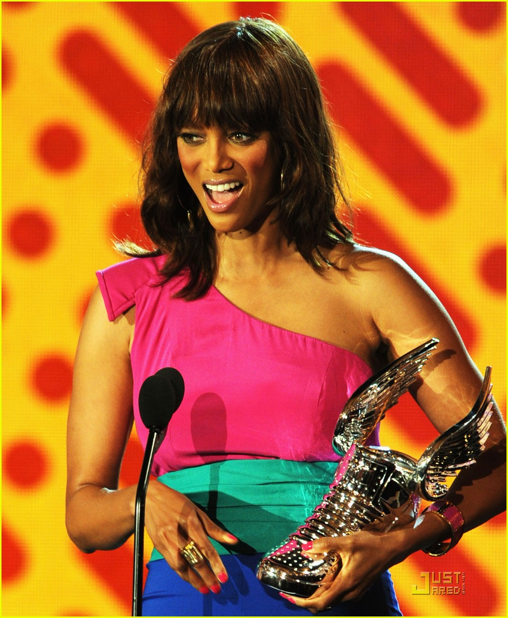 tyra banks do something awards 2011 01