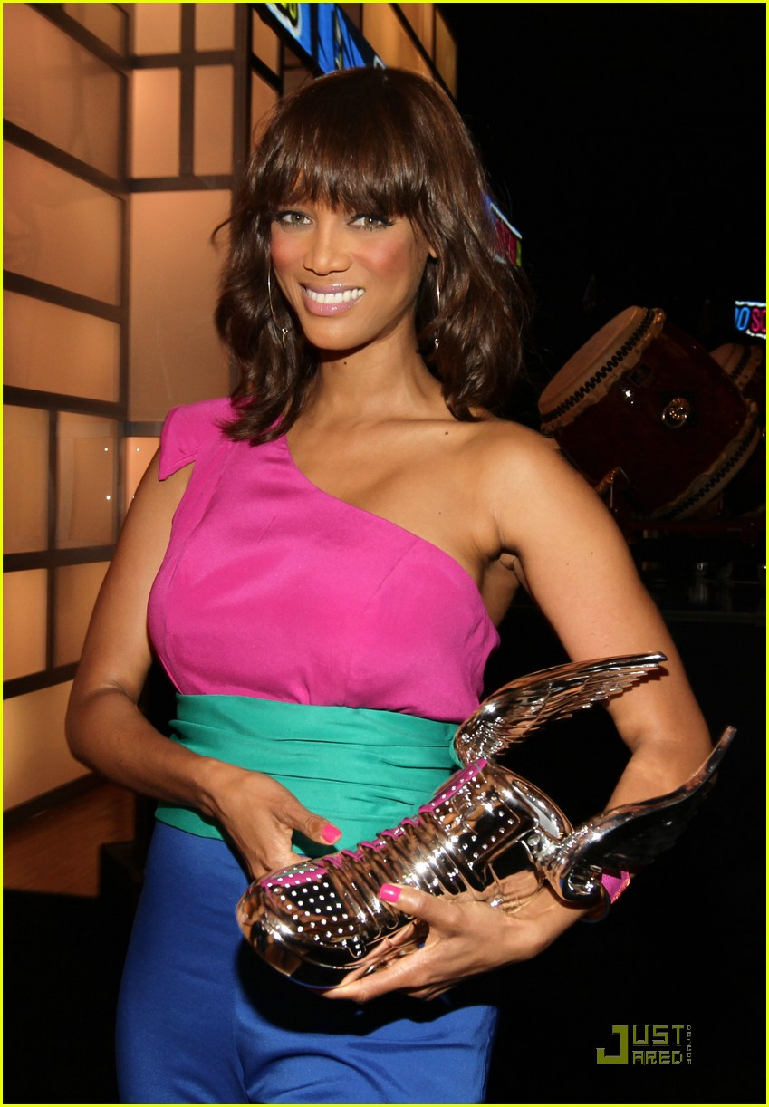 tyra banks do something awards 2011 06