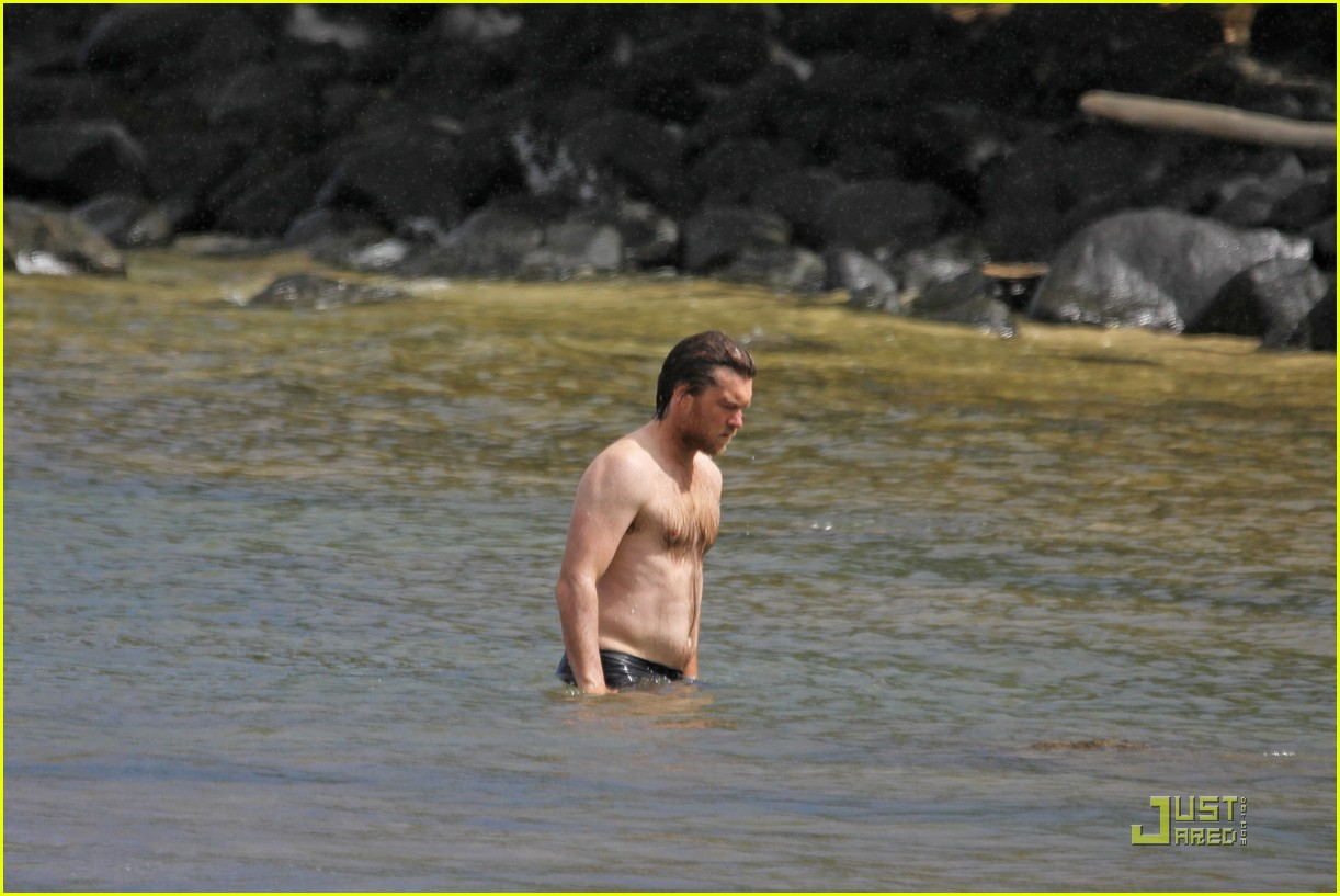 sam worthington shirtless with new girlfriend 05
