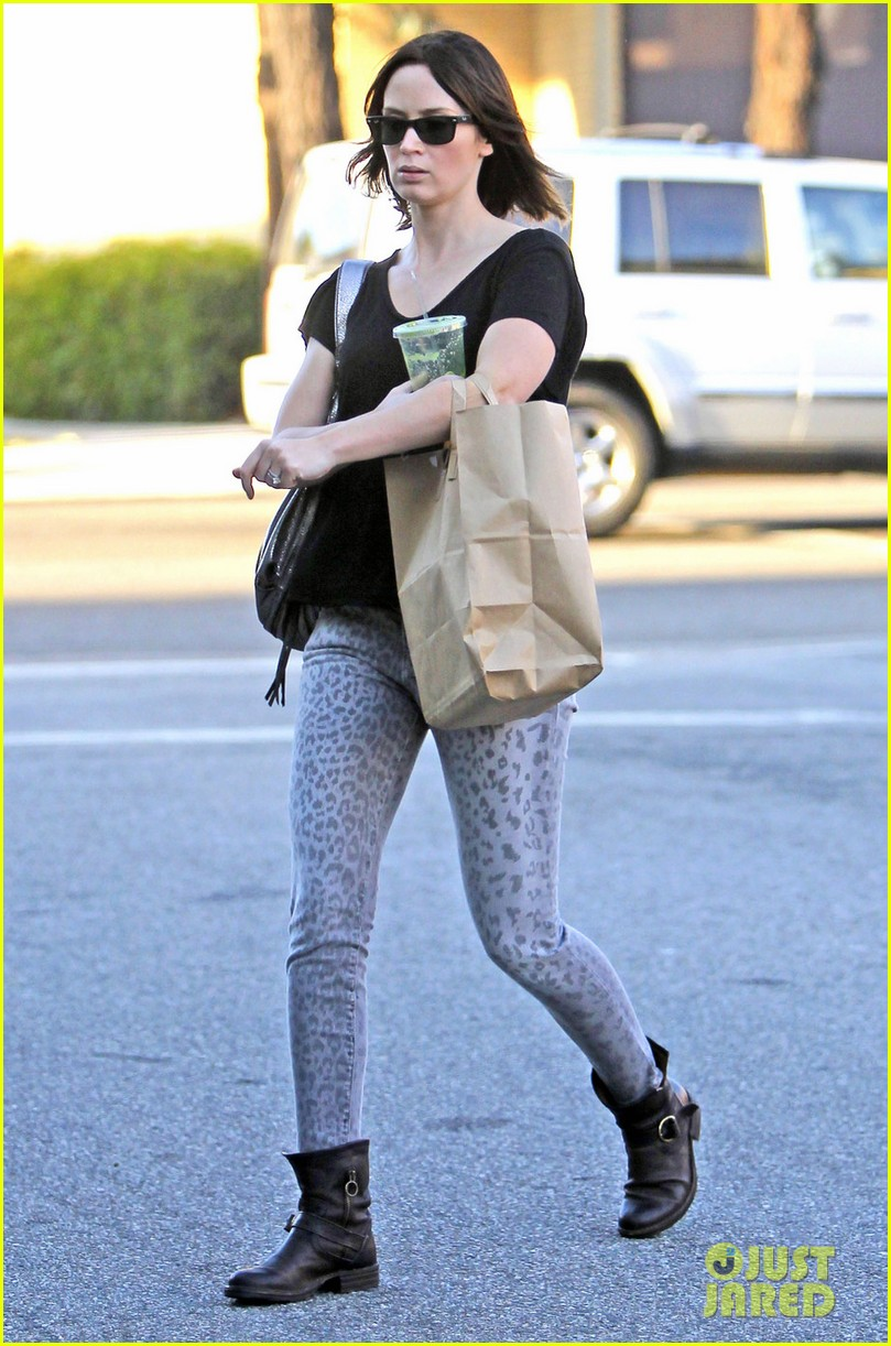 emily blunt leopard jeans 01