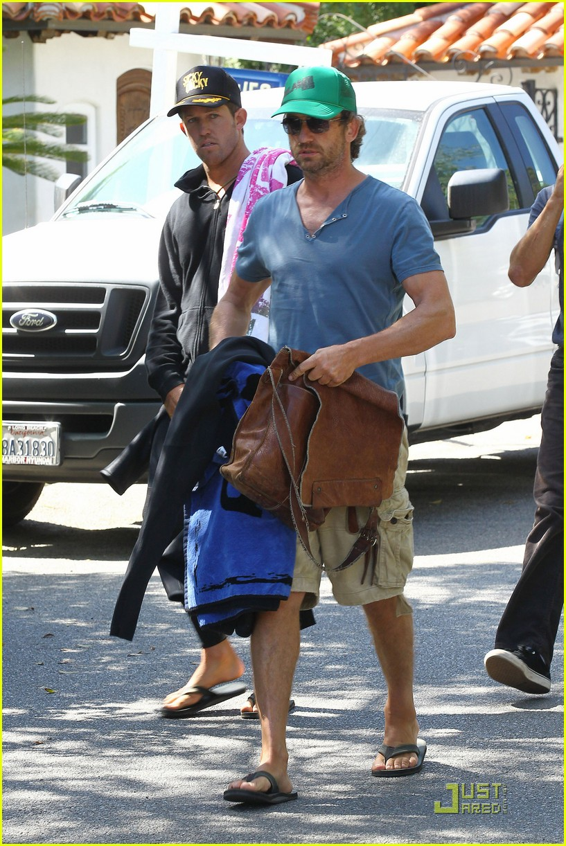 gerard butler walk beach 01