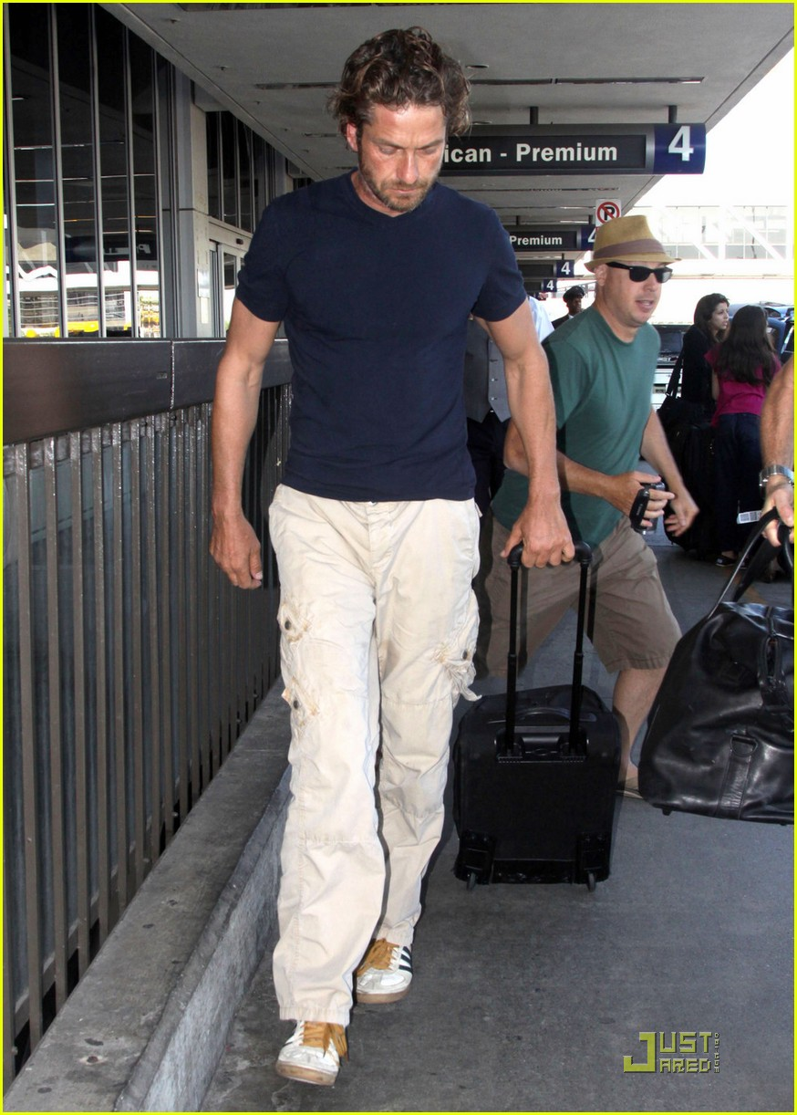 gerard butler arrives lax 03