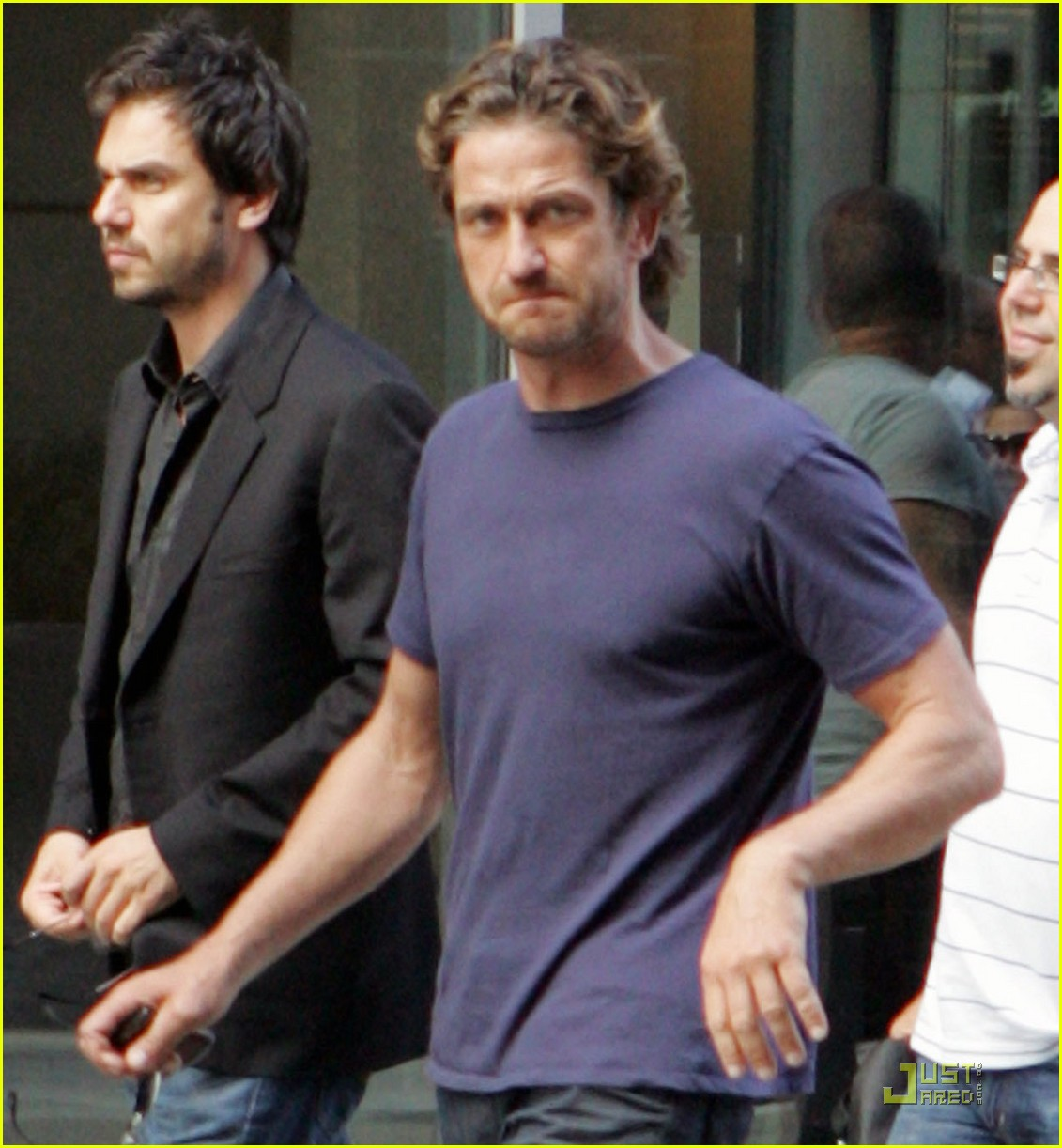 gerard butler starbucks run 02