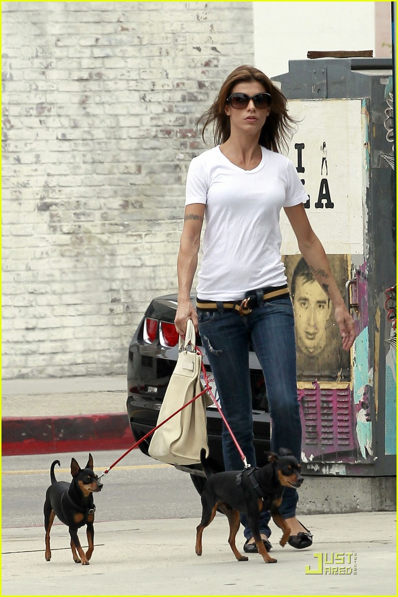 elisabetta canalis walks dogs la 02