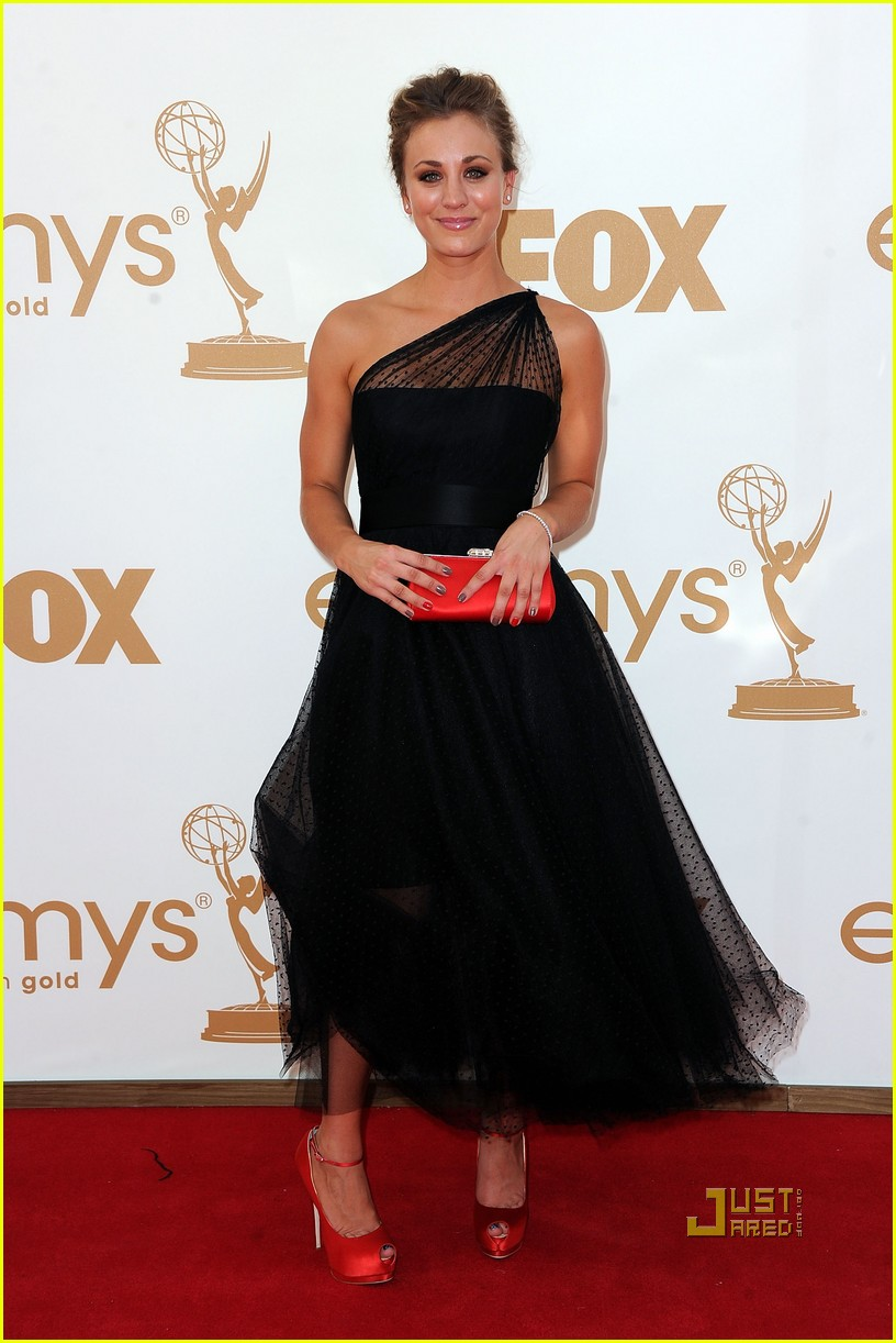 kaley cuoco 2011 emmy awards red carpet 02