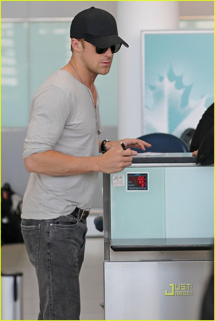 ryan gosling toronto airport 02