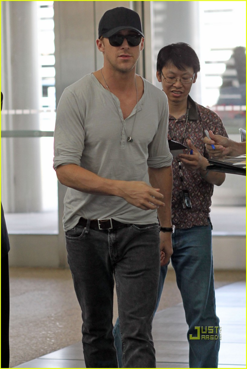 Full Sized Photo of ryan gosling toronto airport 04 ... Ryan Gosling