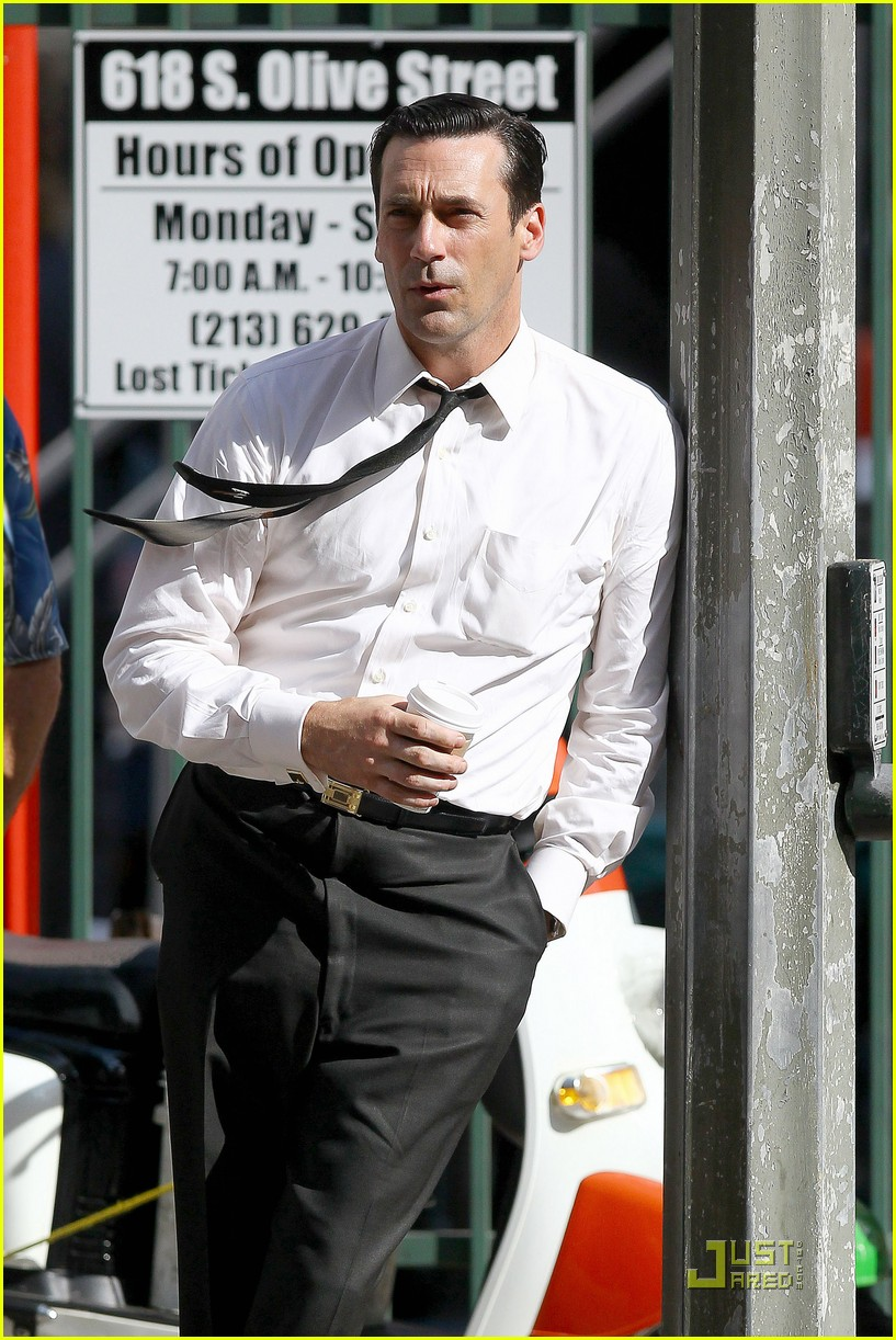 jon hamm don draper drinks starbucks 02