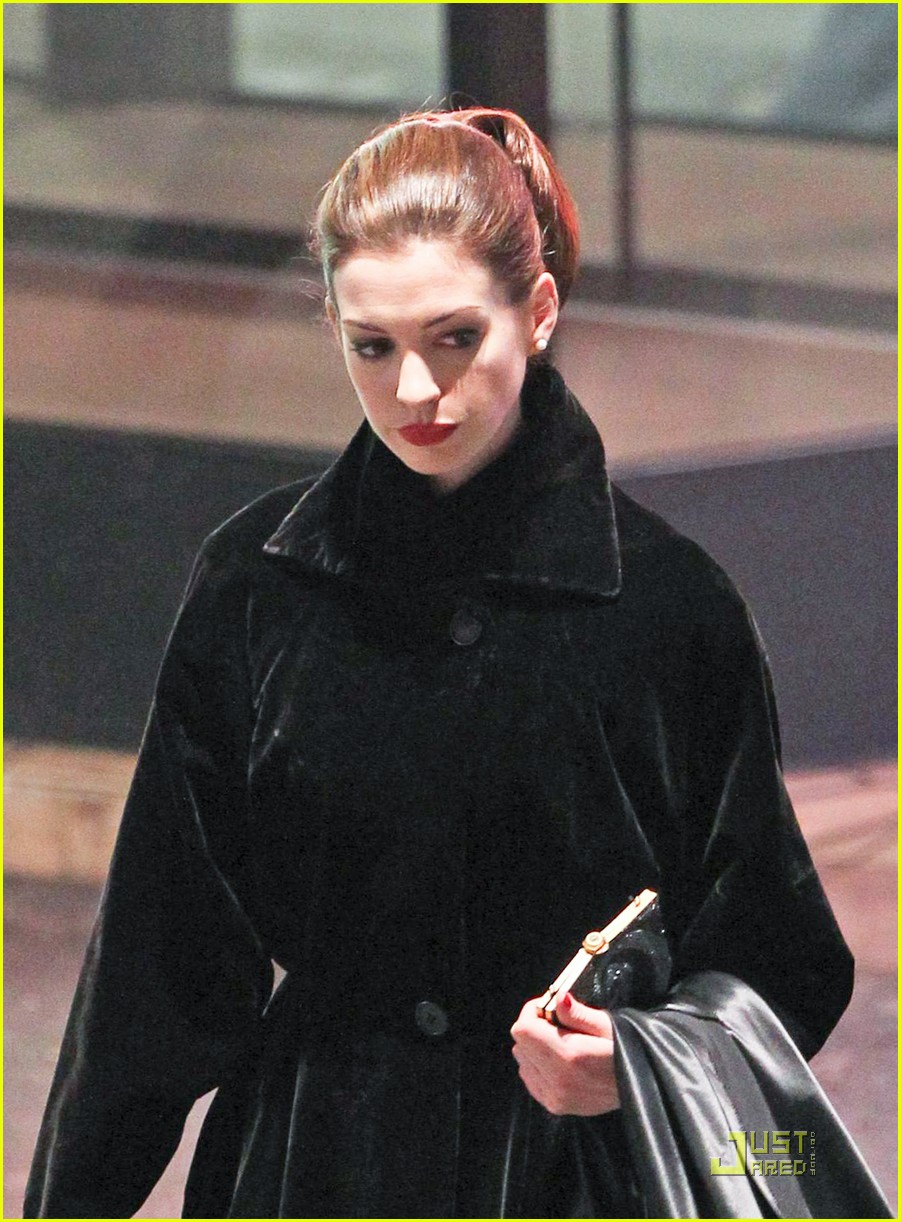 anne hathaway christian bale late night dark knight shoot 07