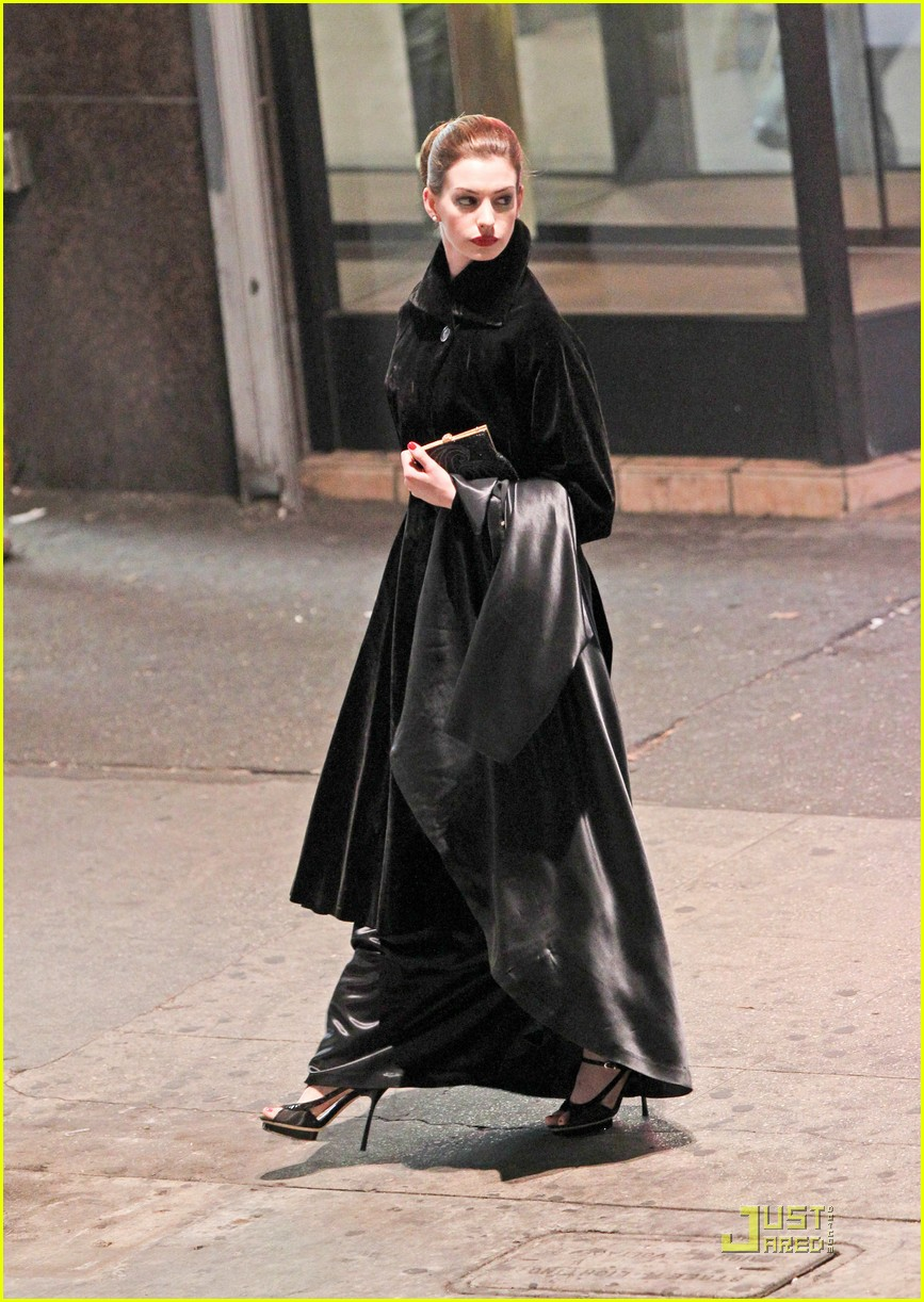 anne hathaway christian bale late night dark knight shoot 10