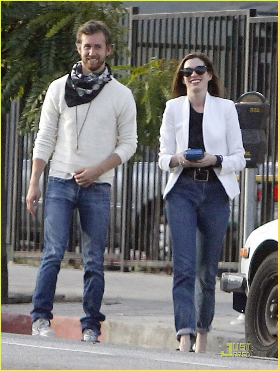 anne hathaway dinner with adam 01