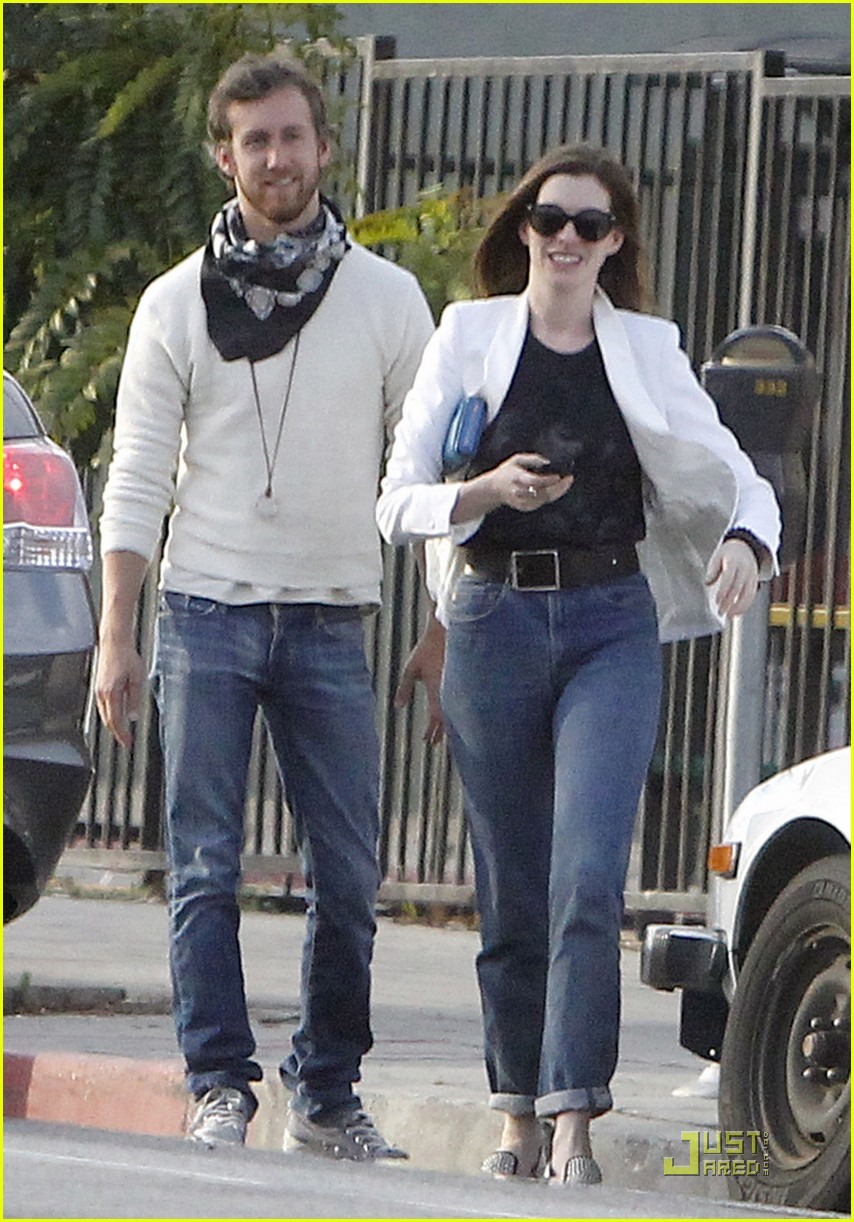 anne hathaway dinner with adam 02