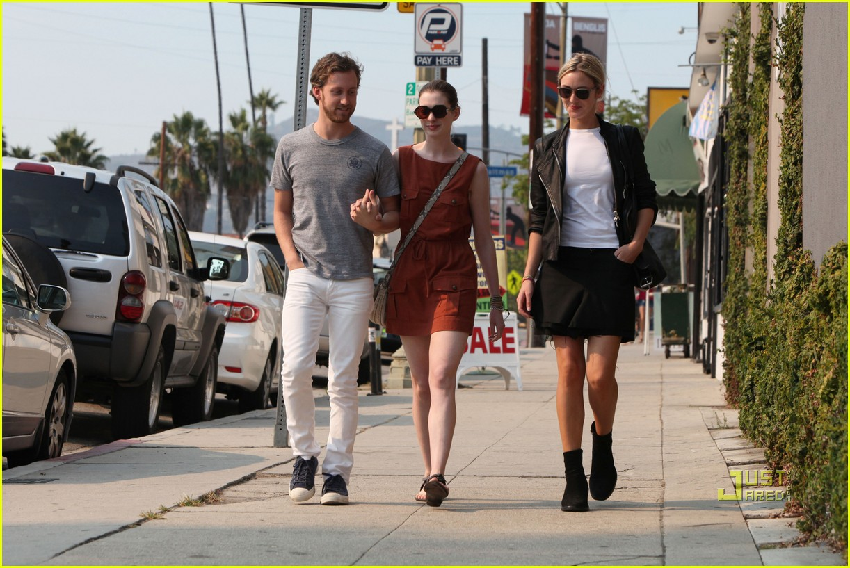 anne hathaway adam shulman millies coffee shop 09