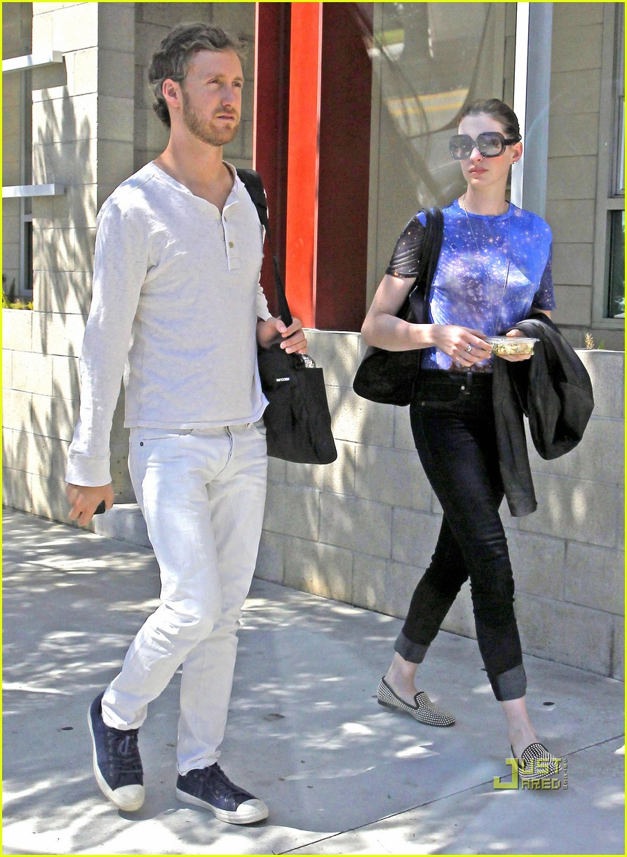 anne hathaway adam shulman office starbucks 04
