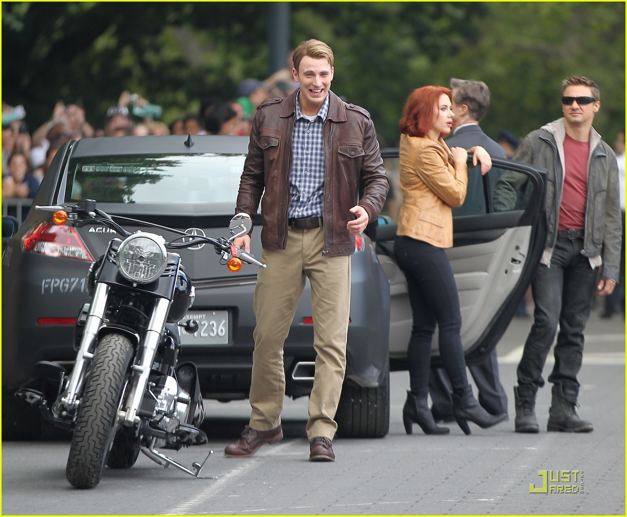 scarlett johansson chris hemsworth avengers takes over nyc 03