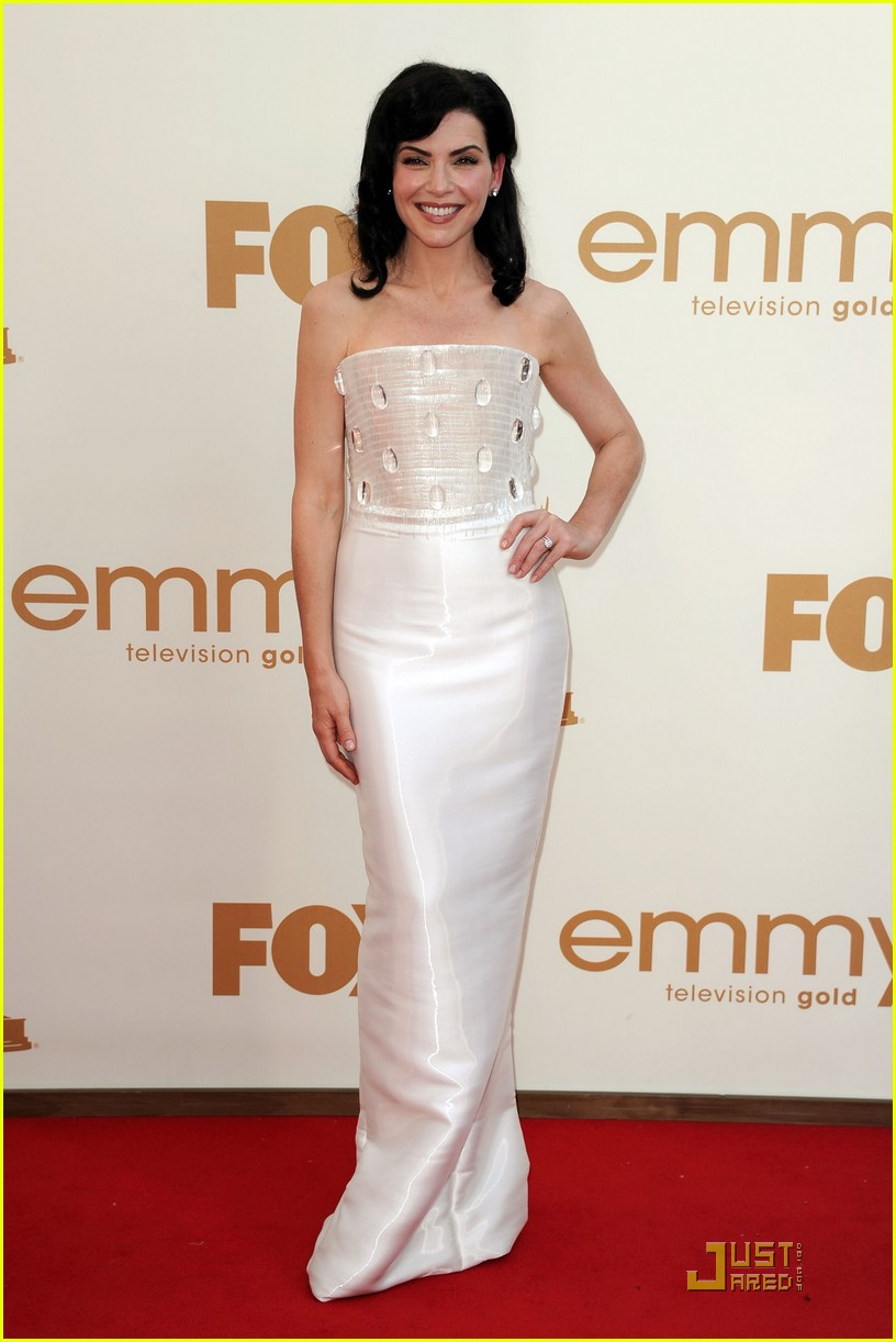 julianna margulies emmys 2011 red carpet 05