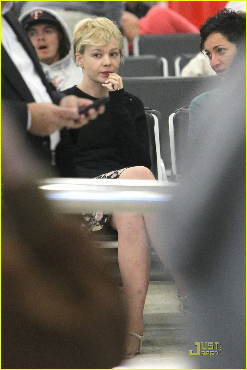 carey mulligan waits airport 012584685