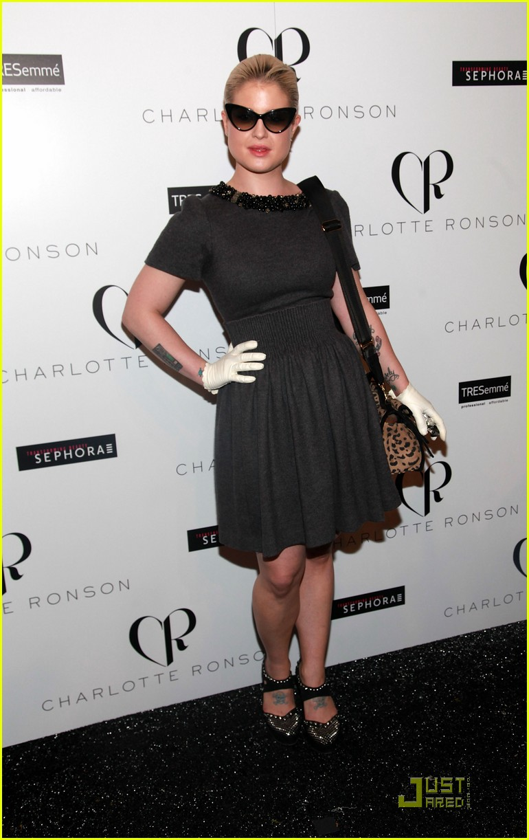 kelly osbourne wears white gloves to fashion week 01