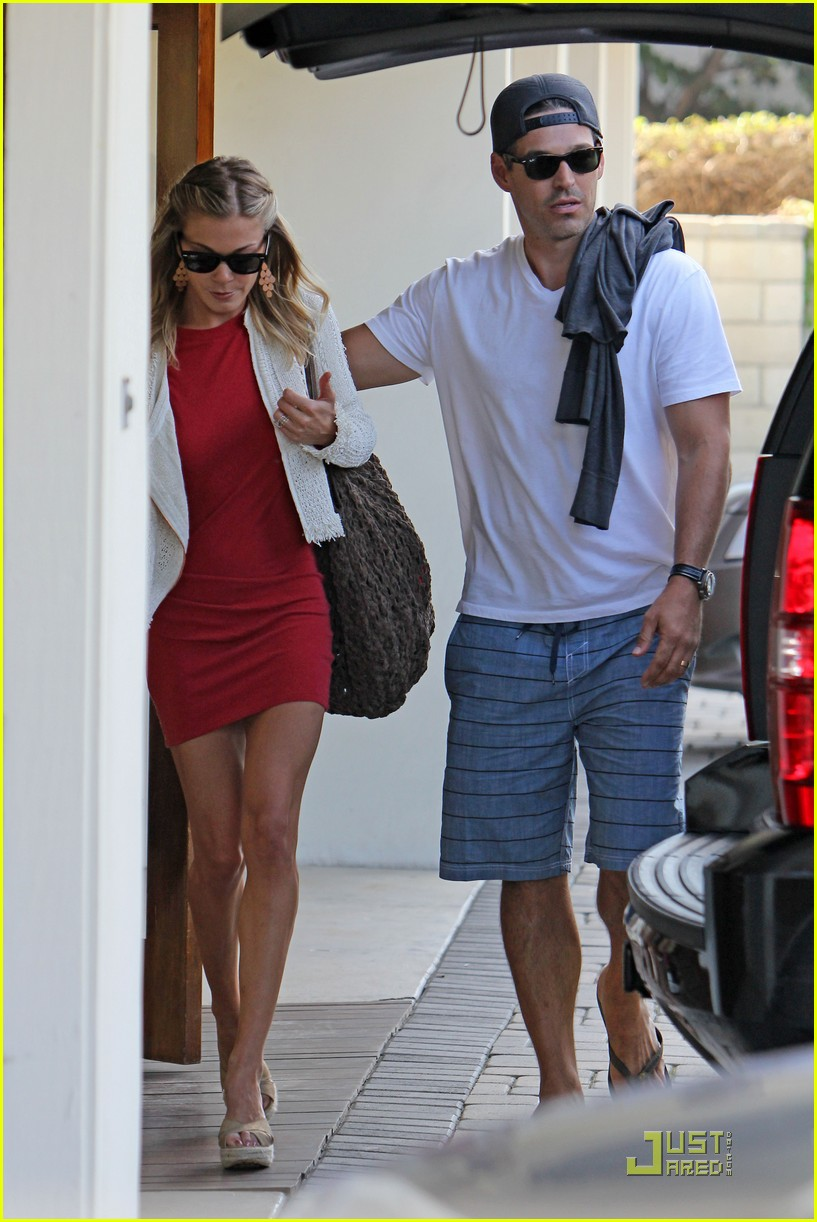leann rimes little red dress 01