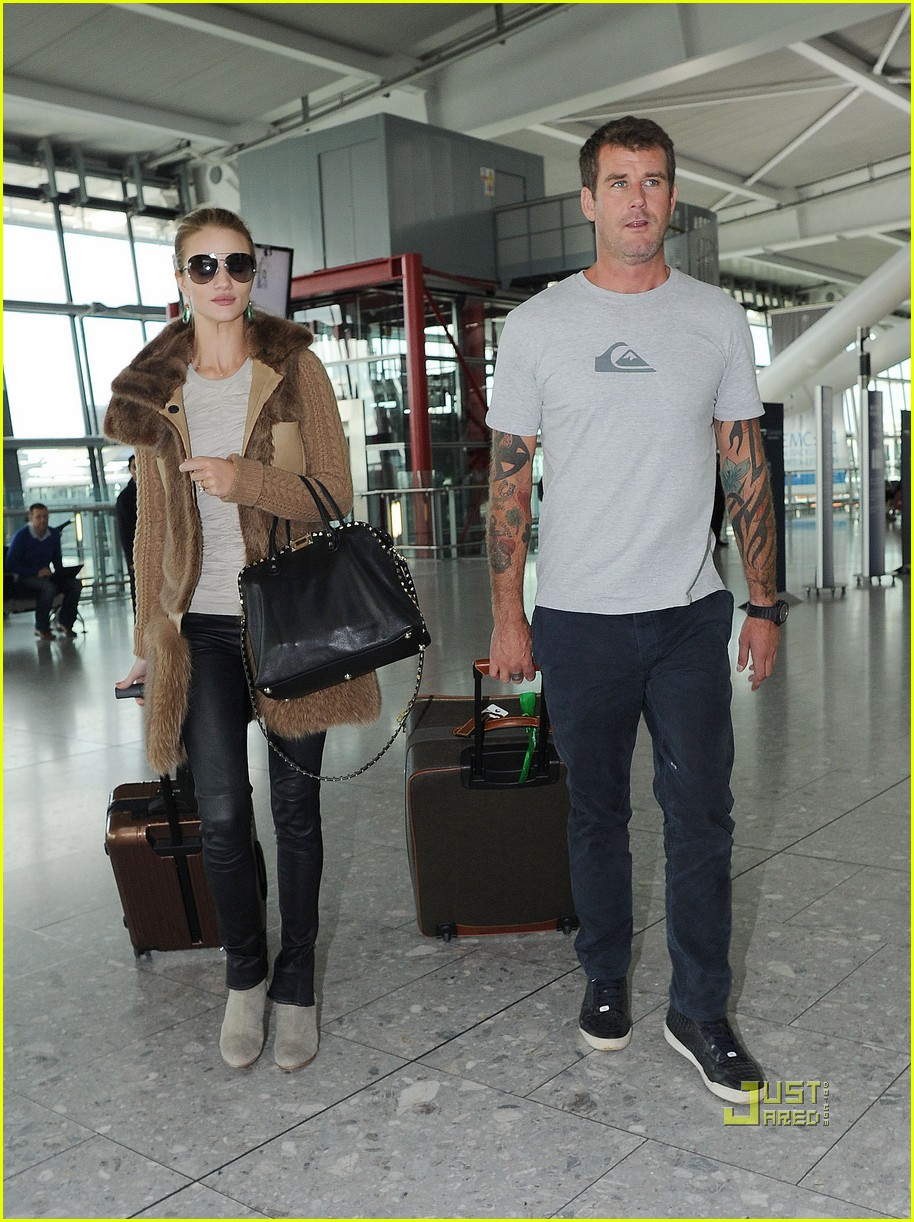 rosie huntington whiteley heathrow airport 02
