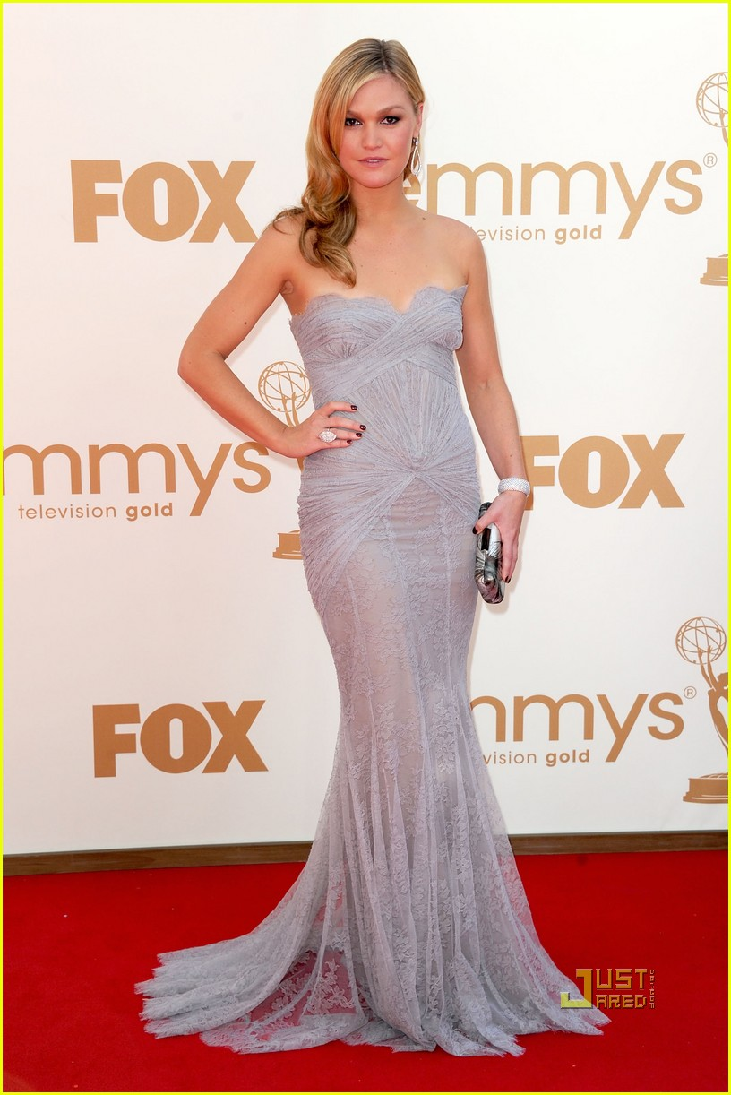 julia stiles 2011 emmy awards red carpet 01