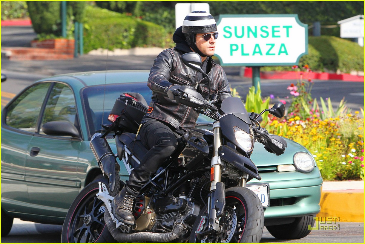 justin theroux motorcycle man 02