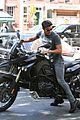 justin theroux pushes motorcycle 03