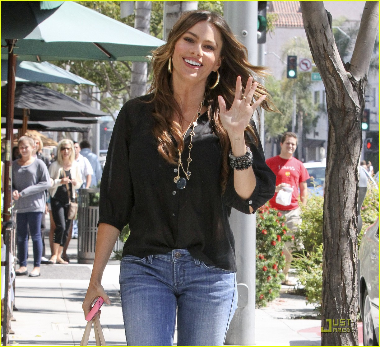 sofia vergara waves hello 07