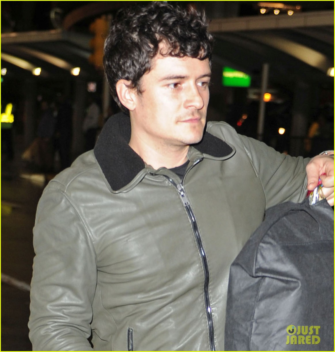 orlando bloom arrives jfk 05