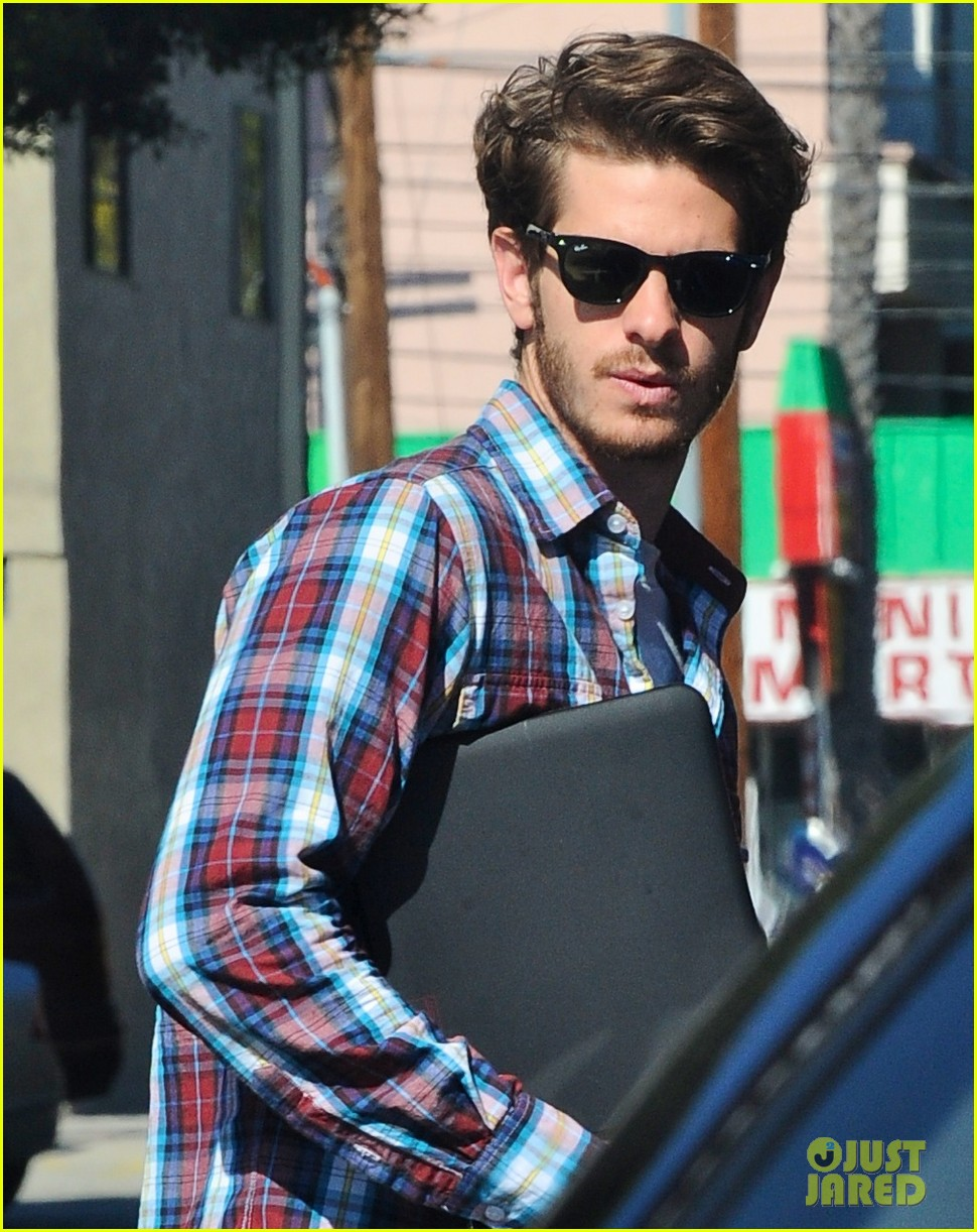 andrew garfield grabs lunch 01