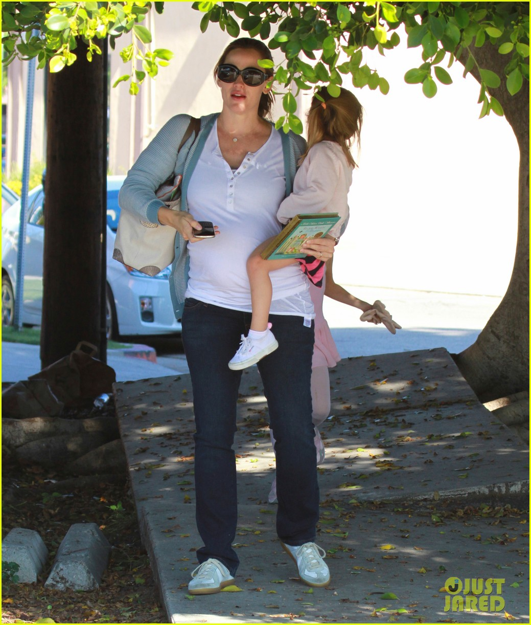 jennifer garner brings the girls to ballet class 01