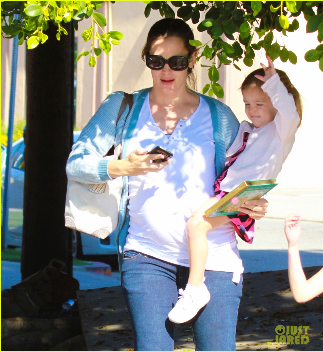 jennifer garner brings the girls to ballet class 082595077