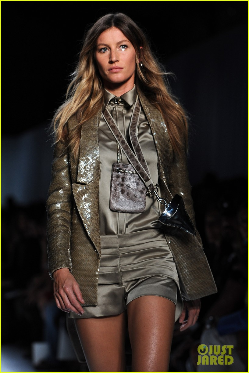 gisele bundchen givenchy paris fashion week runway 072586048