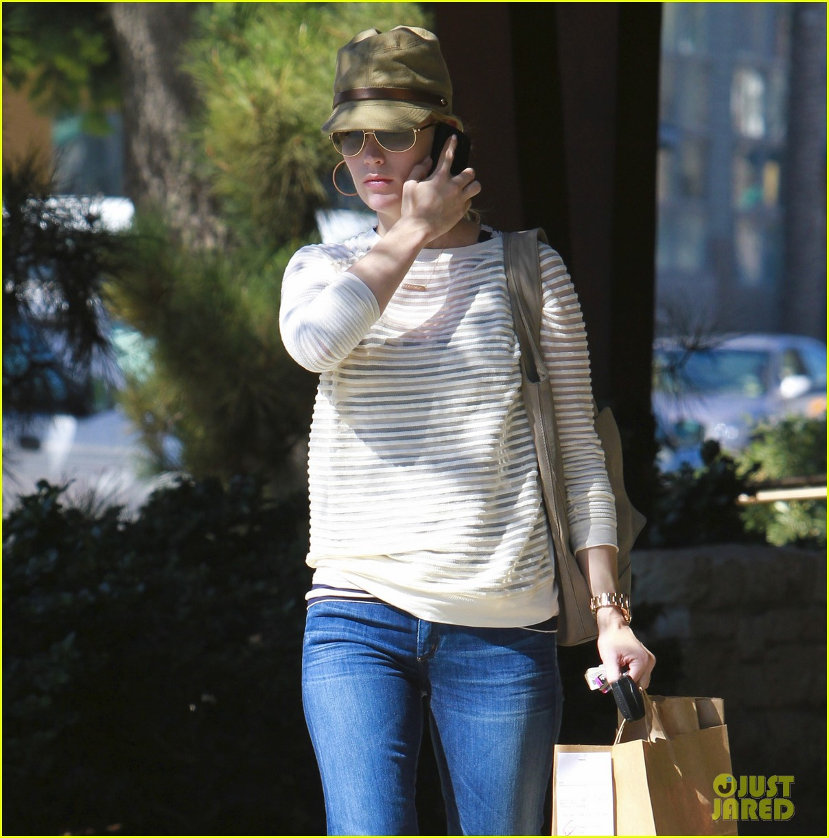 january jones picks up food 02