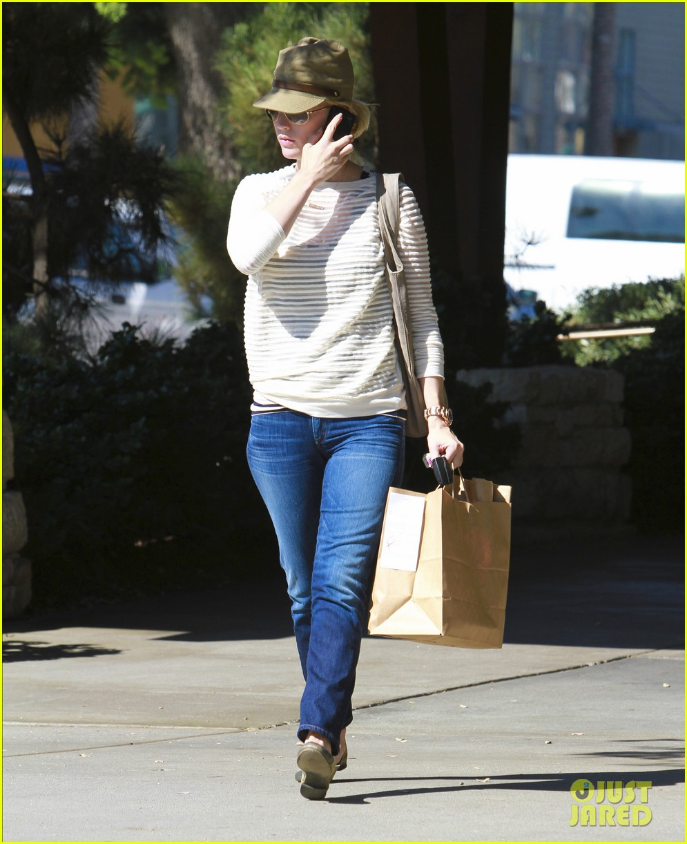 january jones picks up food 15