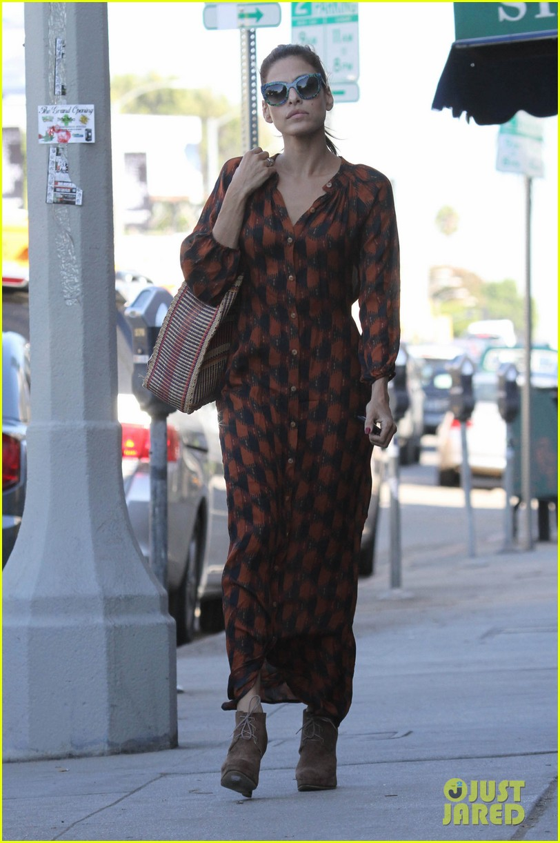 eva mendes grabs coffee 072594880