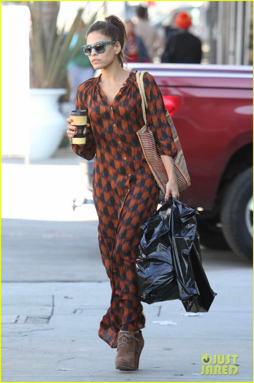 eva mendes grabs coffee 08