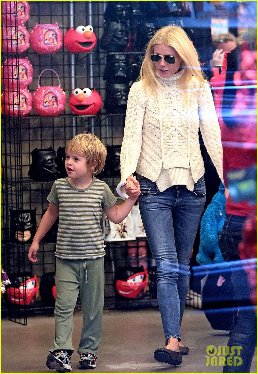 gwyneth paltrow costume shopping with apple and moses 01