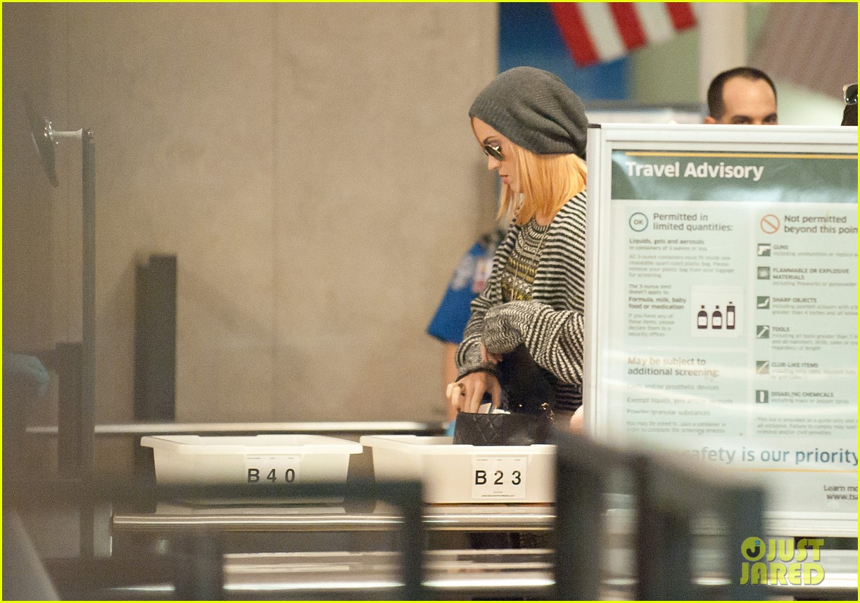 katy perry debuts blonde hair at lax 02