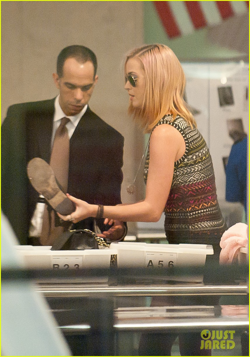 katy perry debuts blonde hair at lax 03