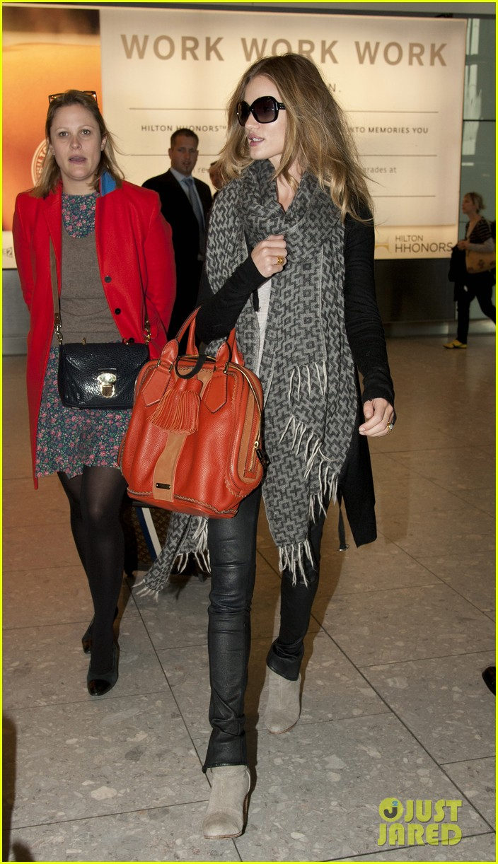 rosie huntington whiteley heathrow scarf 04