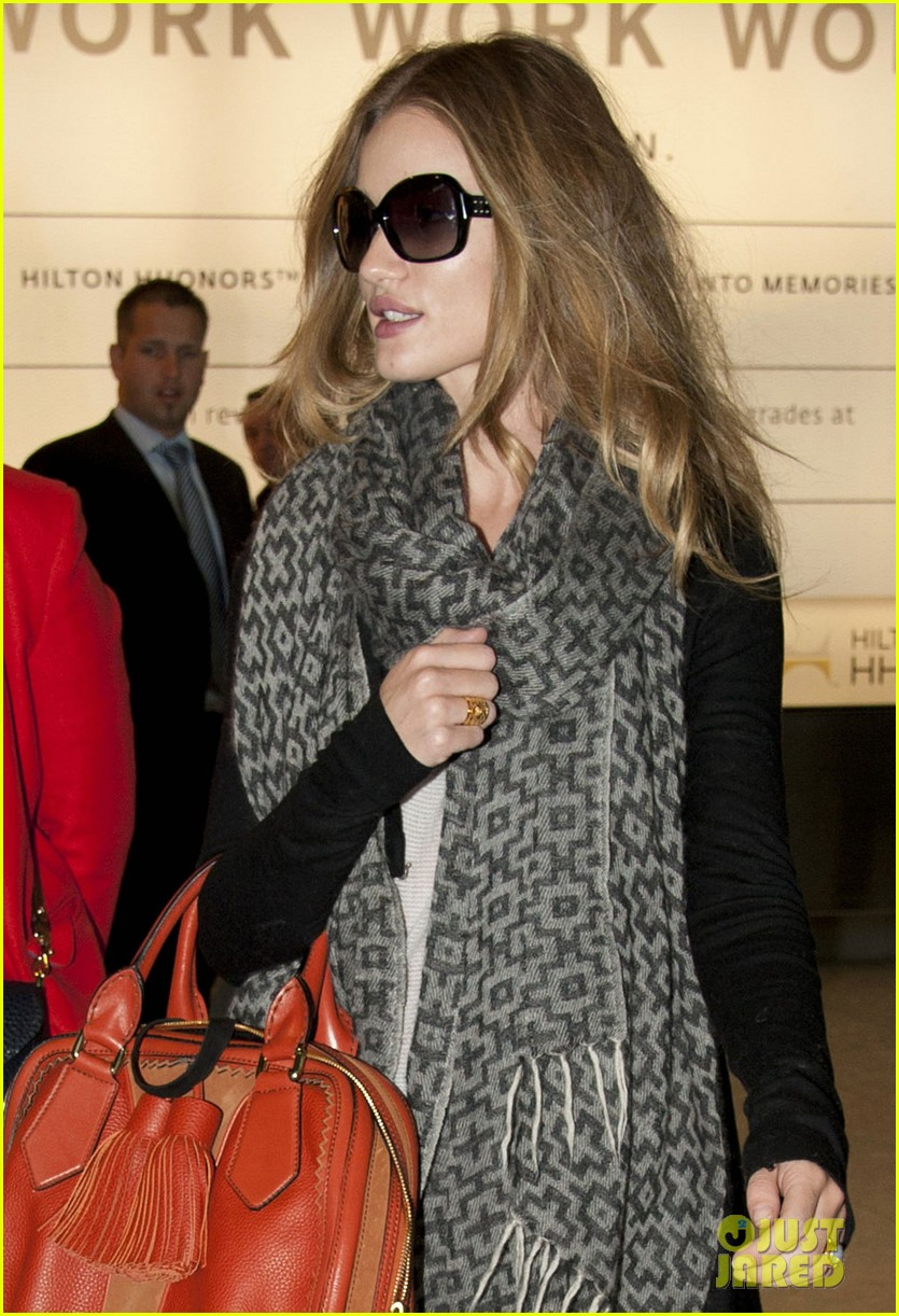 rosie huntington whiteley heathrow scarf 06