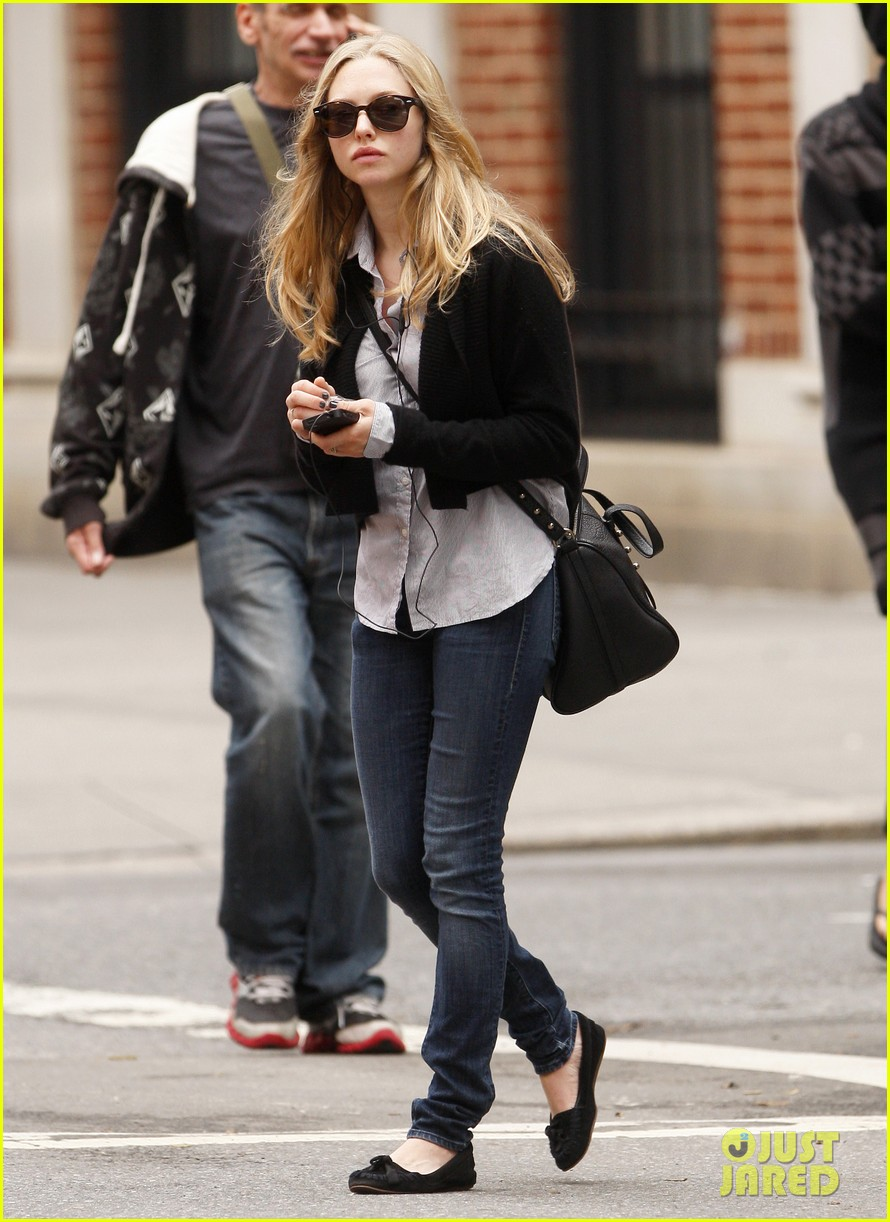 amanda seyfried nyc stroll 06