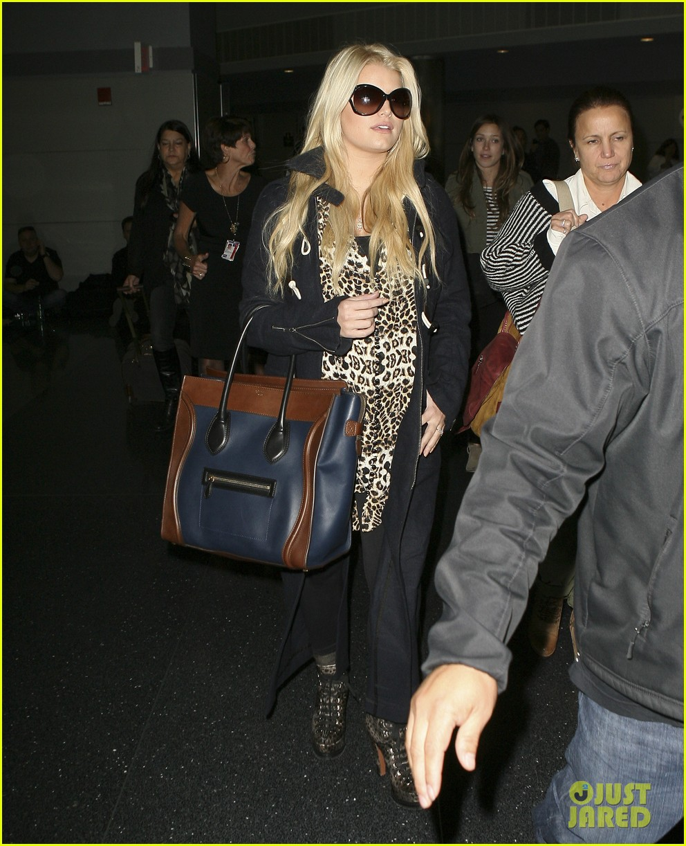 jessica simpson jfk mom 01